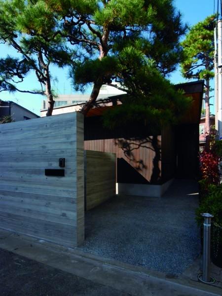 若林M邸-既存樹木を活かした3つの中庭を配する棲家-の写真 アプローチ