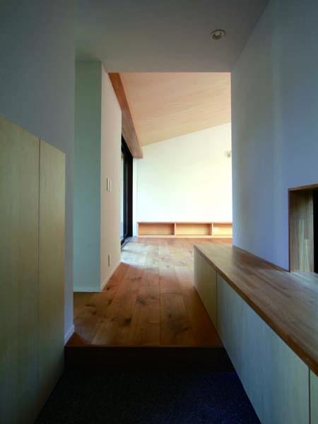 若林M邸-既存樹木を活かした3つの中庭を配する棲家-の部屋 玄関
