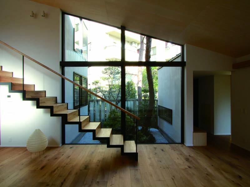 若林M邸-既存樹木を活かした3つの中庭を配する棲家-の写真 リビング2