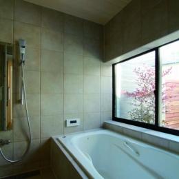 若林M邸-既存樹木を活かした3つの中庭を配する棲家- (浴室)