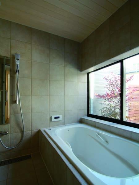 若林M邸-既存樹木を活かした3つの中庭を配する棲家-の部屋 浴室