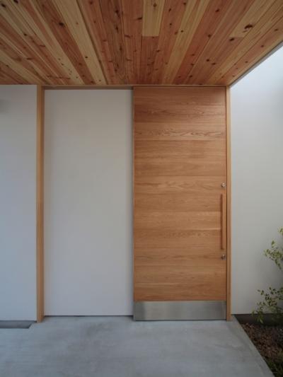 玄関ドア (入間町A邸-中庭とデッキテラスを中心に配した二世帯住宅-)