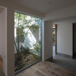 入間町A邸-中庭とデッキテラスを中心に配した二世帯住宅- (子世帯玄関ホール)