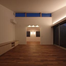 入間町A邸-中庭とデッキテラスを中心に配した二世帯住宅- (子世帯リビング夜景)