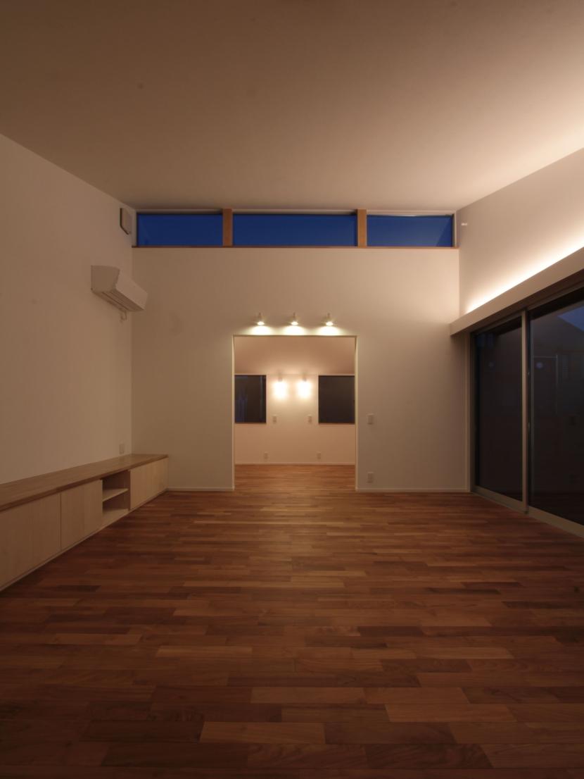 入間町A邸-中庭とデッキテラスを中心に配した二世帯住宅-の部屋 子世帯リビング夜景