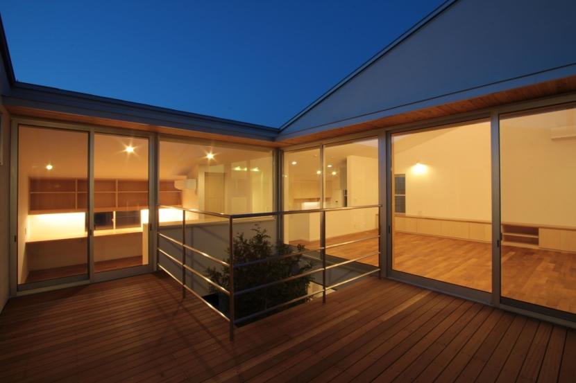 入間町A邸-中庭とデッキテラスを中心に配した二世帯住宅-の部屋 2階デッキテラス