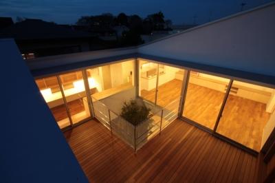 デッキテラス俯瞰 (入間町A邸-中庭とデッキテラスを中心に配した二世帯住宅-)