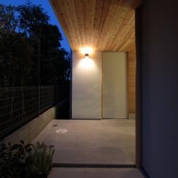 入間町A邸-中庭とデッキテラスを中心に配した二世帯住宅- (アプローチ)