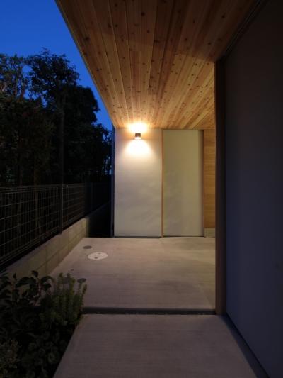 アプローチ (入間町A邸-中庭とデッキテラスを中心に配した二世帯住宅-)