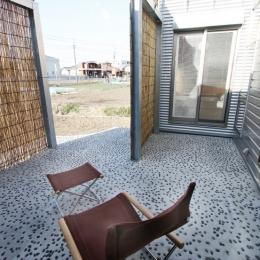 庭を抱える家 (この中庭には、正面の浴室から直接出られ、夕涼みが出来ます。)