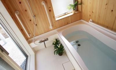 庭を抱える家 (南側に設けた浴室です。明るく開放的で、直接中庭へ出られます)