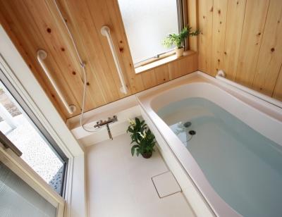 南側に設けた浴室です。明るく開放的で、直接中庭へ出られます (庭を抱える家)