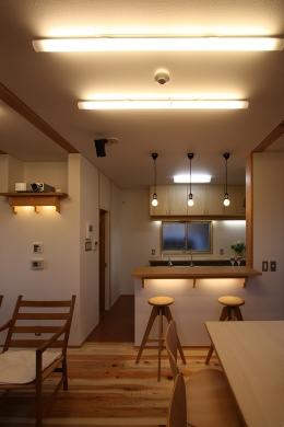 庭を抱える家 (食堂より厨房を見る。左側には、プロジェクターが格納されています。)