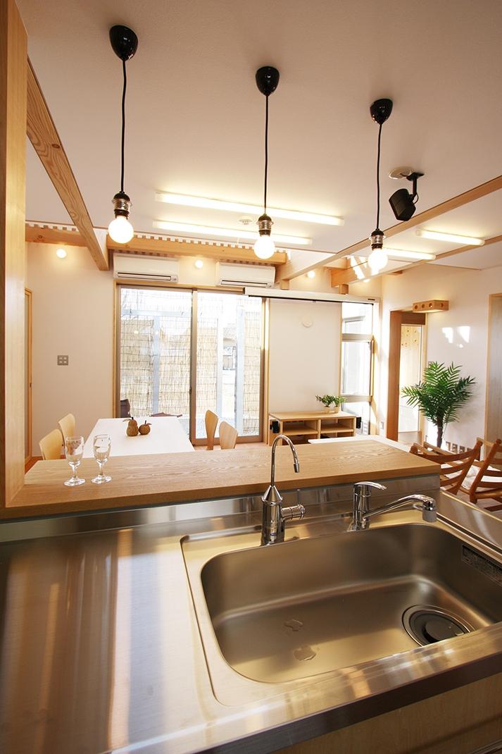 庭を抱える家 (厨房より食堂を見る。対面キッチンで、全て見渡せる司令塔のような位置づけです。)