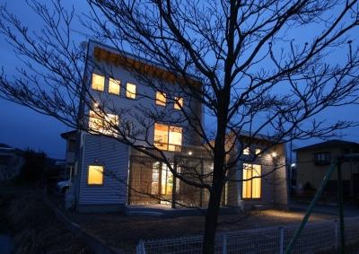 庭を抱える家 (夜景もなかなか情緒があります。)