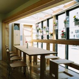 らあめん店の家 (いざという時、多人数で座れるダイニング。窓際の床から4つの椅子が出現!)