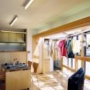 室内干しのできるリビングダイニング。らあめん店の忙しい毎日を考え、天気関係なく干せるサンルームをリビングの延長に設けました。来客時には、中空ポリカ製の引戸で閉めて隠せます。