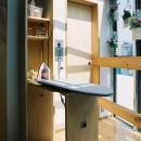 アイロン台と可動式物干竿。リビングなので、ふだんは、壁や天井に収納出来ます。