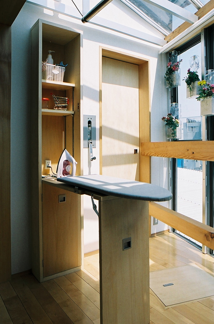 らあめん店の家の部屋 アイロン台と可動式物干竿。リビングなので、ふだんは、壁や天井に収納出来ます。