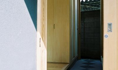 らあめん店の家 (裏のバックヤードに通り抜けられる玄関です。京都の町家のようなイメージです。)