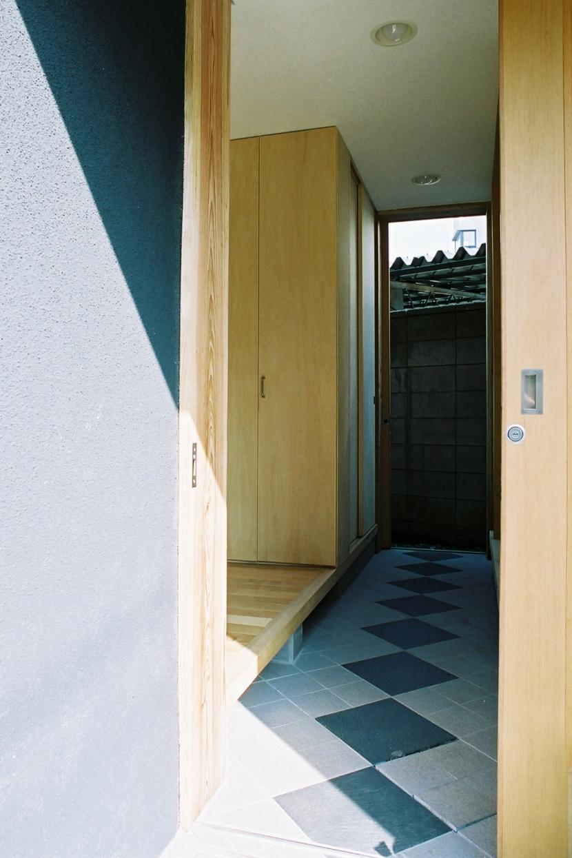 らあめん店の家の部屋 裏のバックヤードに通り抜けられる玄関です。京都の町家のようなイメージです。
