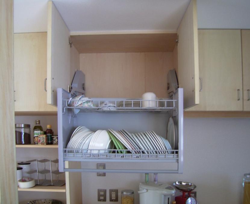 らあめん店の家の部屋 重い食器でも楽々、吊戸棚。