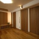 壁や引戸に繰り返し縦格子を使い、引戸に見えないようなデザインにしました。小ホールのようなシアタールームの雰囲気になりました。