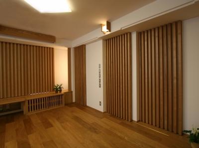 壁や引戸に繰り返し縦格子を使い、引戸に見えないようなデザインにしました。小ホールのようなシアタールームの雰囲気になりました。 (格子ずくしの家)