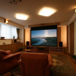 格子ずくしの家 (普段は、42型のTVを使用。TVの前に上から100インチのスクリーンが電動で降りてきて、天井に設置されたプロジェクターから映像が投影される仕組みです。)