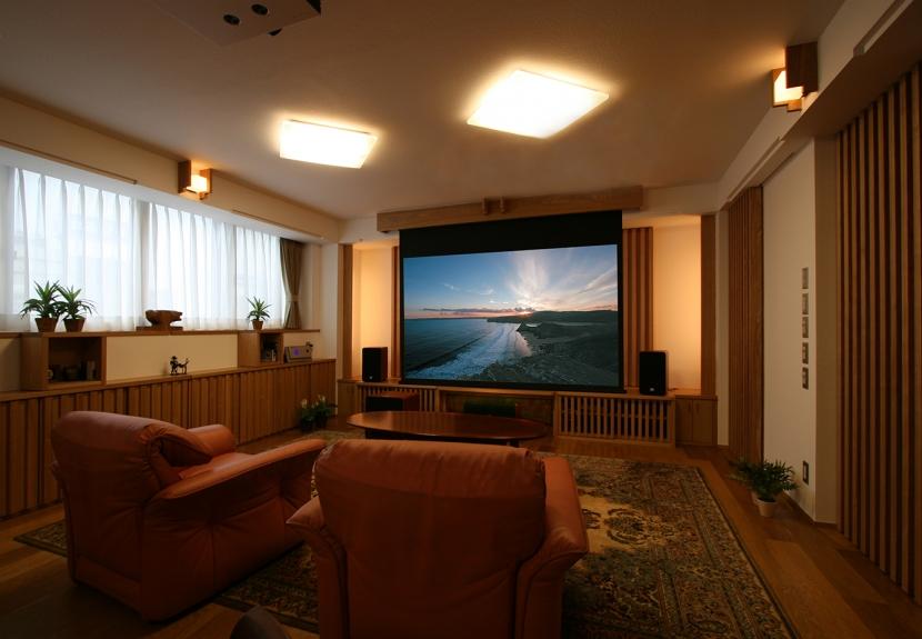 格子ずくしの家の写真 普段は、42型のTVを使用。TVの前に上から100インチのスクリーンが電動で降りてきて、天井に設置されたプロジェクターから映像が投影される仕組みです。