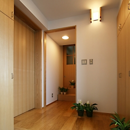 格子ずくしの家 (収納のたくさんある玄関)