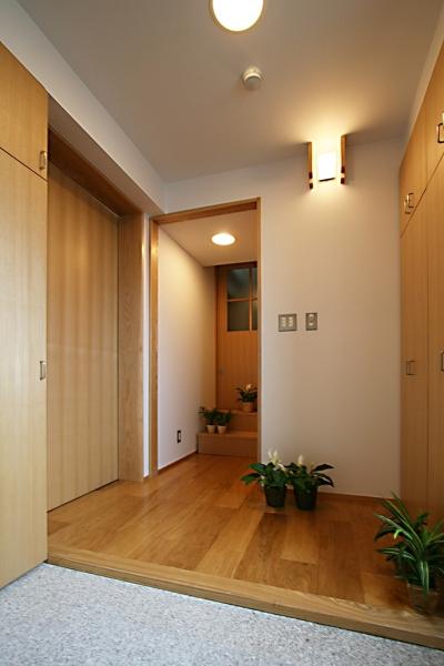 収納のたくさんある玄関 (格子ずくしの家)