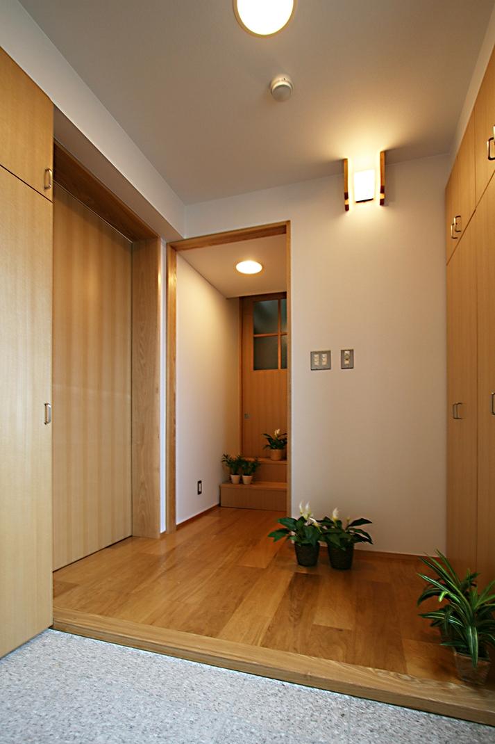 格子ずくしの家の写真 収納のたくさんある玄関
