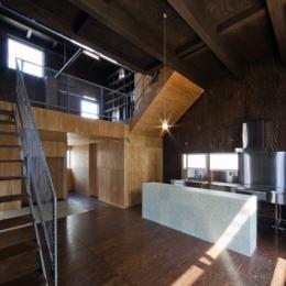浜寺の家:白い箱とラーチ合板 (キッチン)
