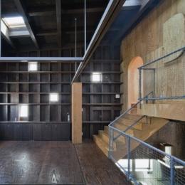 浜寺の家:白い箱とラーチ合板
