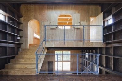 上2階のスペース (浜寺の家:白い箱とラーチ合板)