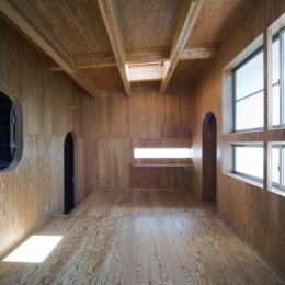 浜寺の家:白い箱とラーチ合板 (上2階のスペース)