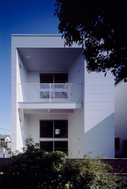 浜寺の家:白い箱とラーチ合板 (南側外観)