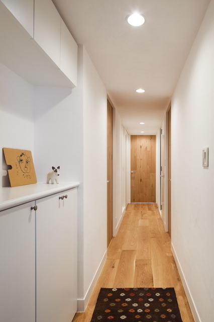 住吉川の家:神戸市のマンションリノベーション . 古材・漆喰を使ったスケルトンリフォーム (玄関廊下)