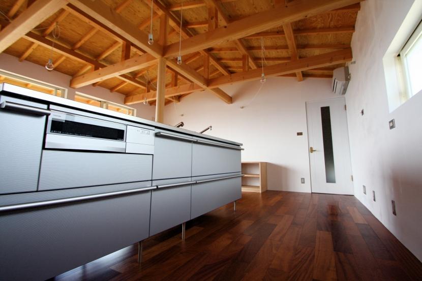 建築家:Coo Planning/中尾彰良「箕面森町の家:屋根裏ゲストルームのある平屋建て住宅」