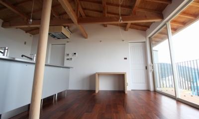 箕面森町の家:箕面森町の注文住宅 . 屋根裏ゲストルームのある平屋建て住宅 (リビングダイニング)