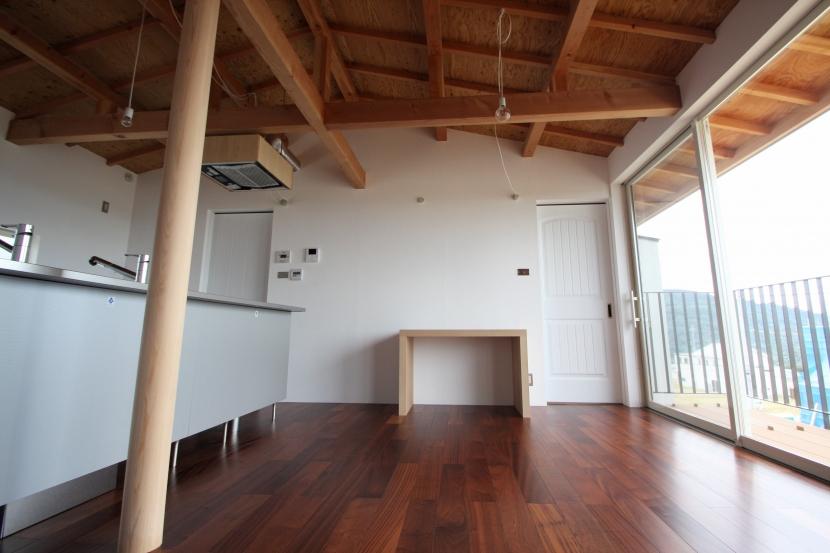 屋根裏ゲストルームのある平屋建て住宅の写真 リビングダイニング