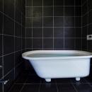 甲南の家:神戸の注文住宅 . ガレージハウスの写真 浴室