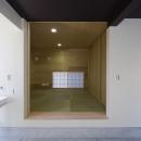 甲南の家:神戸の注文住宅 . ガレージハウスの写真 玄関土間及びたたみの部屋