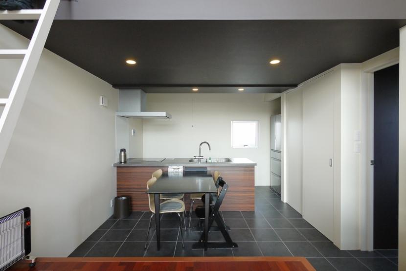 甲南の家:神戸の注文住宅 . ガレージハウス (ダイニングキッチン)