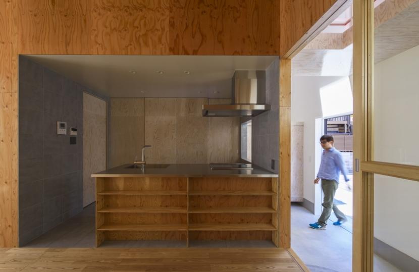 旭区の家:大阪の注文住宅. 住人十色 (屋内のコートとキッチン)
