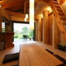 大木を柱に3本使った家
