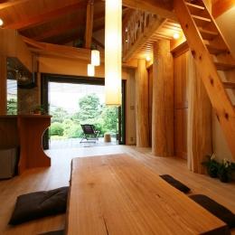 大木を柱に3本使った家 (600Φの丸太を大黒柱に使ったリビング)