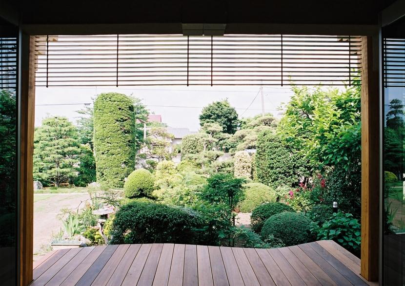 大木を柱に3本使った家の部屋 広々としたウッドデッキ