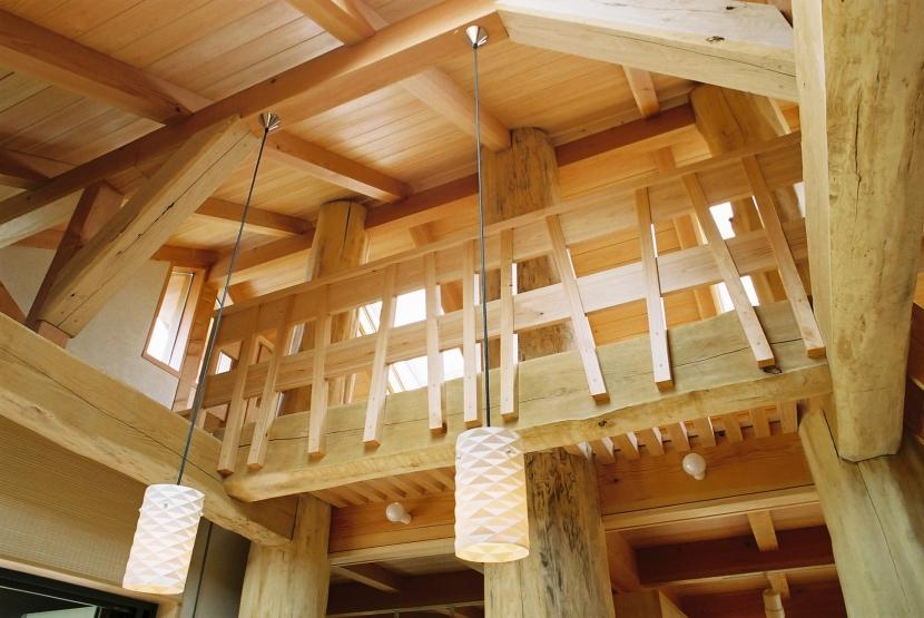 大木を柱に3本使った家の部屋 ロフト手摺